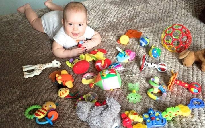Игрушки для ребенка 8 месяцев: что нужно купить девочке и мальчику