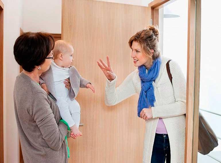 Почему малыш не принимает никого из родственников и общается только с мамой