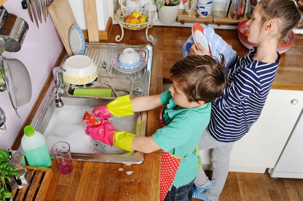 5 способов от детского психолога приучить ребёнка помогать по дому и 5 ошибок родителей