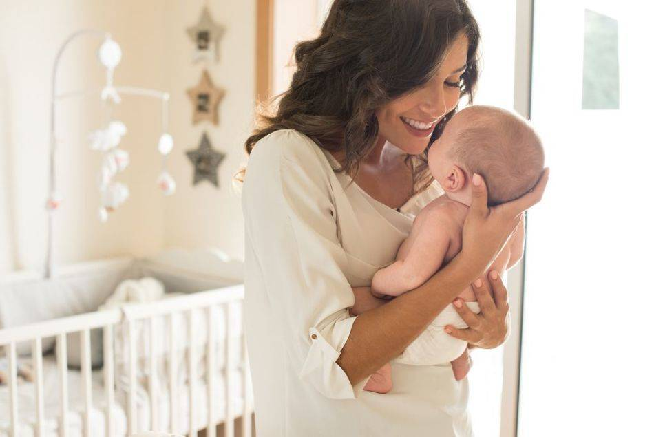 Как верно держать новорожденного вертикально (столбиком) и когда это требуется