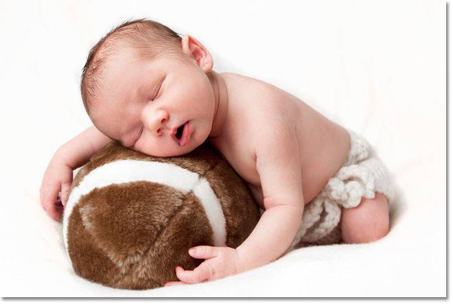 Почему грудничок во сне переворачивается на живот и просыпается, причины и что делать