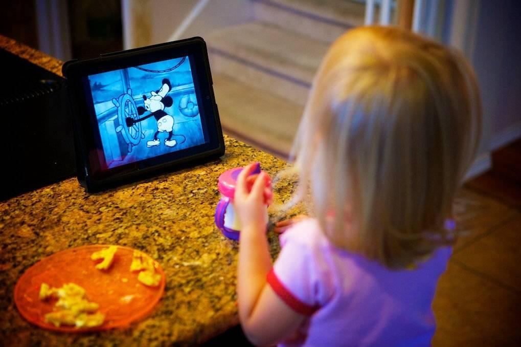 Ребёнок очень зависим от мультиков: давать смотреть или не давать?