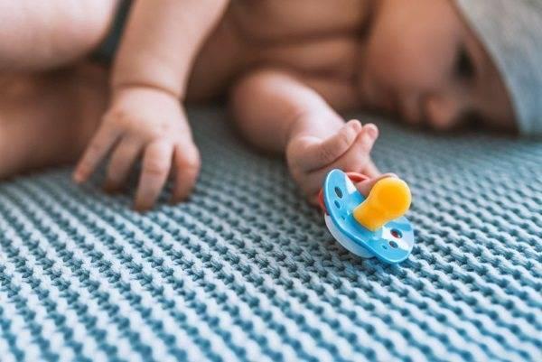 Как приучить ребенка к пустышке и так ли это необходимо?