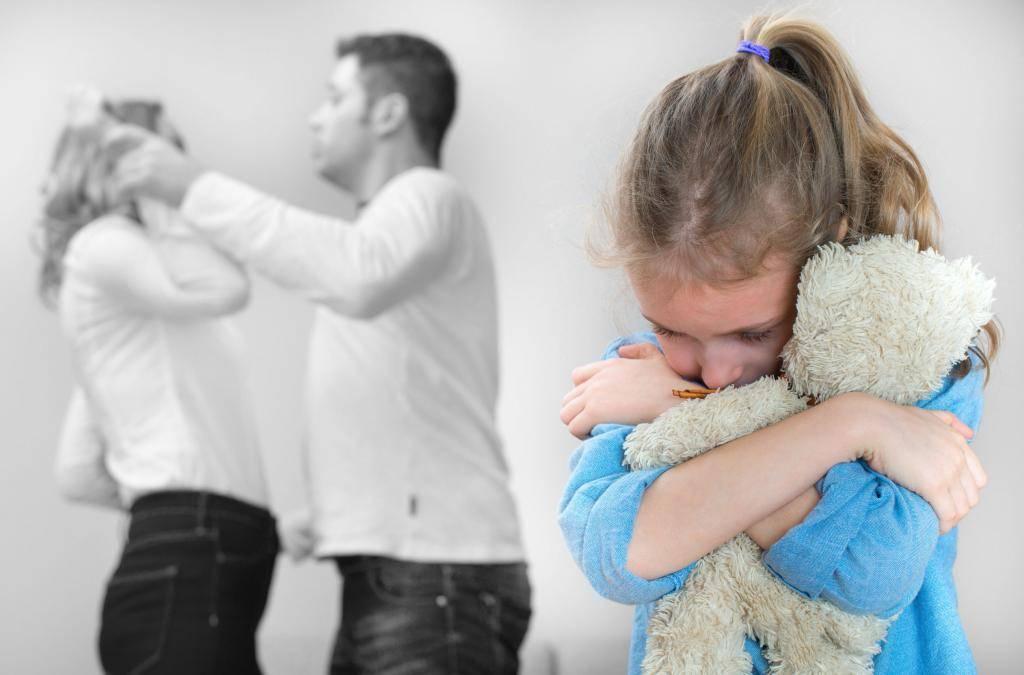 Ребенок боится оставаться один дома. причины и советы