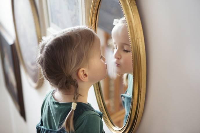 Ребенок и зеркало: почему малышей нельзя показывать в зеркало? приметы, суеверия