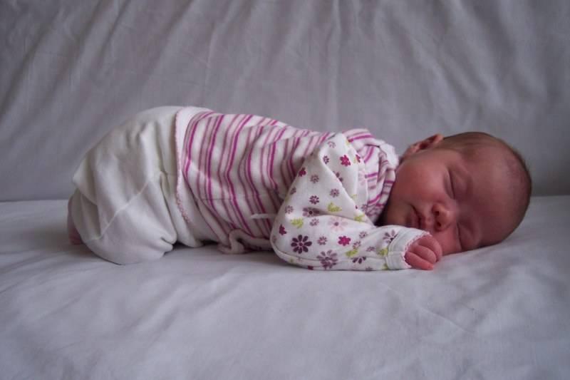 Новорожденный не спит днем: причины и способы их устранения