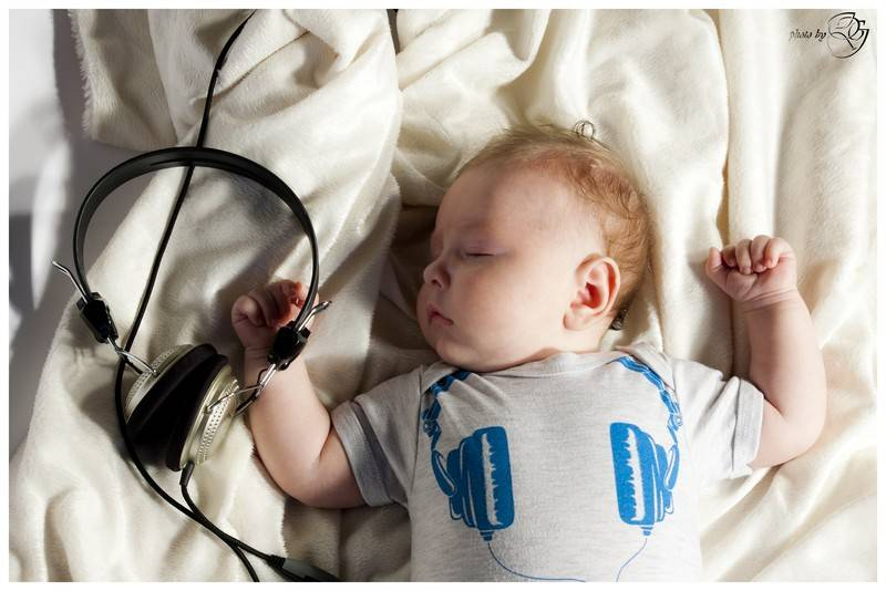 Можно ли включать музыку новорожденным