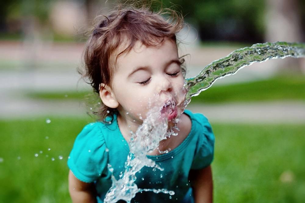 Как помочь ребенку перенести летнюю жару и смог дома. как создать прохладу дома в жаркий день и снизить температуру в помещении, меры безопасности в жару.