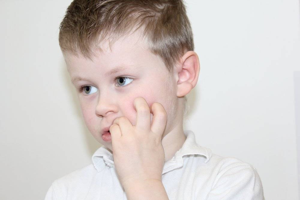 Ребенок тянет пальцы в рот и грызет ногти! как помочь?