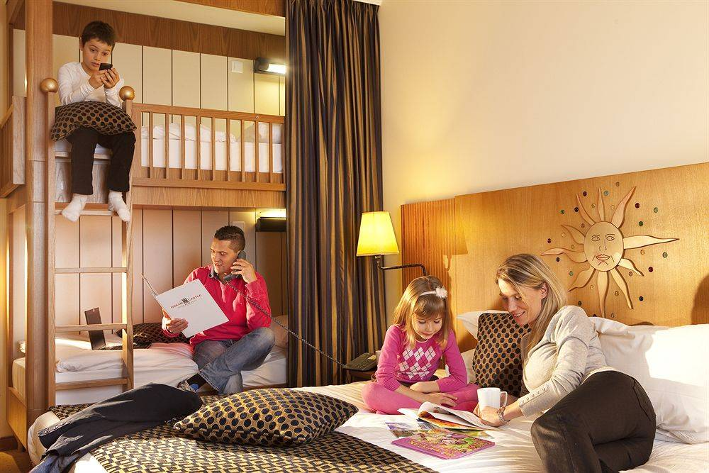 Когда переселять детей в отдельную комнату?