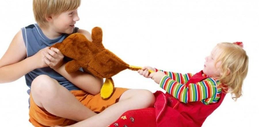 Как научить ребенка делиться? заставлять или нет?