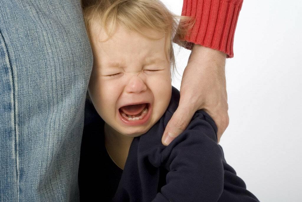 5 неправильных реакций на детские слёзы