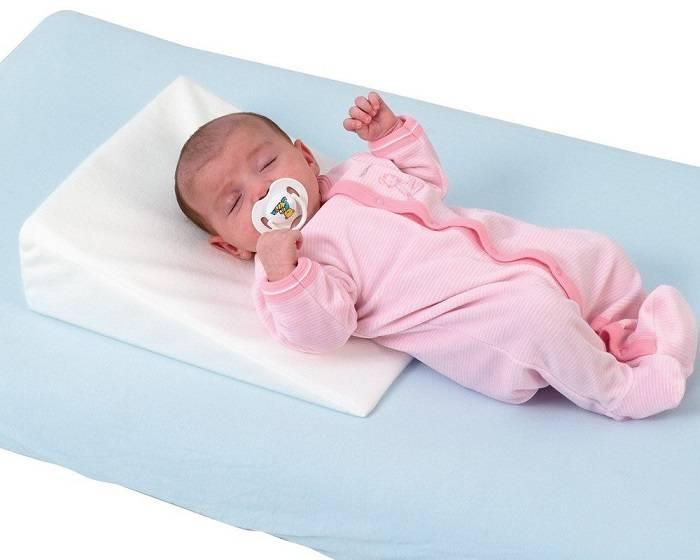 На какой подушке спать ребенку, можно ли, с какого возраста спать на подушке, полезно или вредно