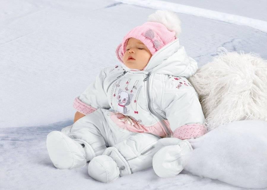 Как одеть новорожденного ребенка на прогулку зимой в коляске: нужно ли закрывать лицо