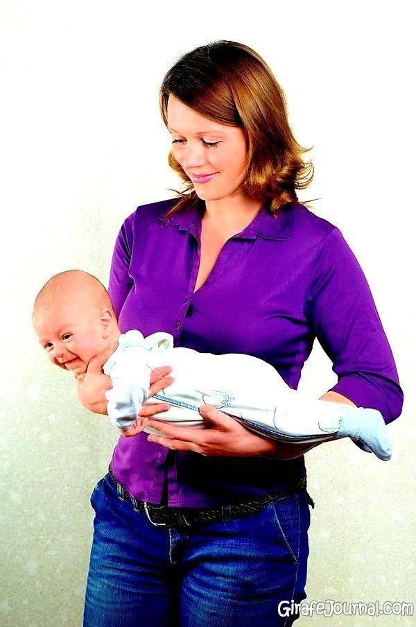 Как правильно держать новорожденного столбиком и зачем нужна такая поза после кормления