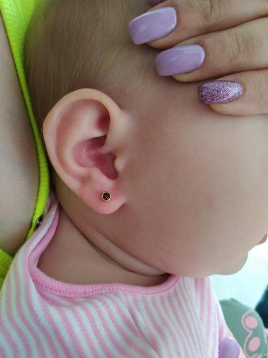 Прокалываем девочке ушки: когда и как