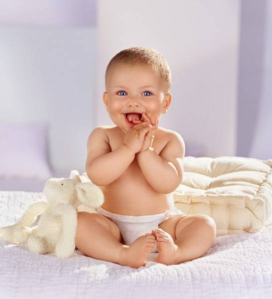 Во сколько месяцев можно сажать ребенка: возраст для мальчиков и девочек