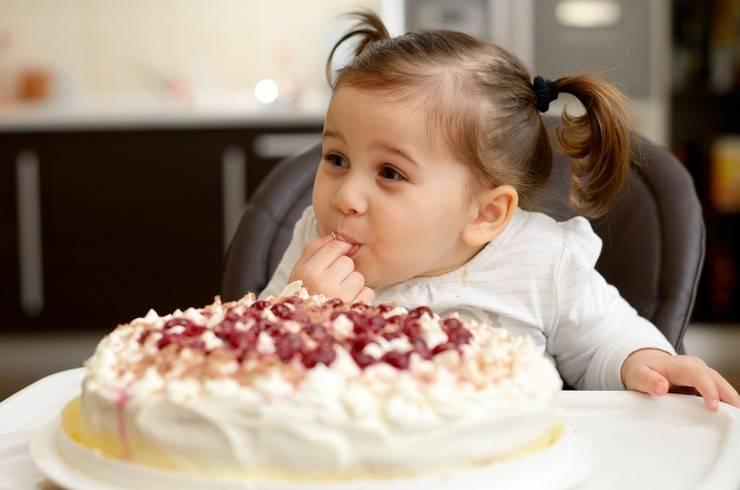 Сладкое детям вредно или полезно? когда давать сладкое и сколько