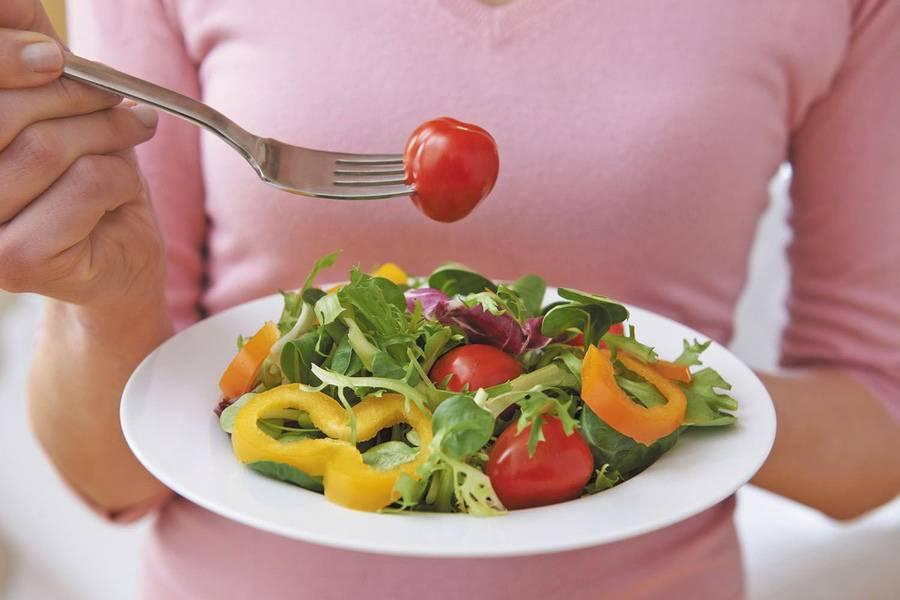 Какие салаты можно есть кормящей маме?