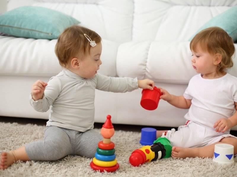 Нужно ли учить ребенка делиться игрушками?