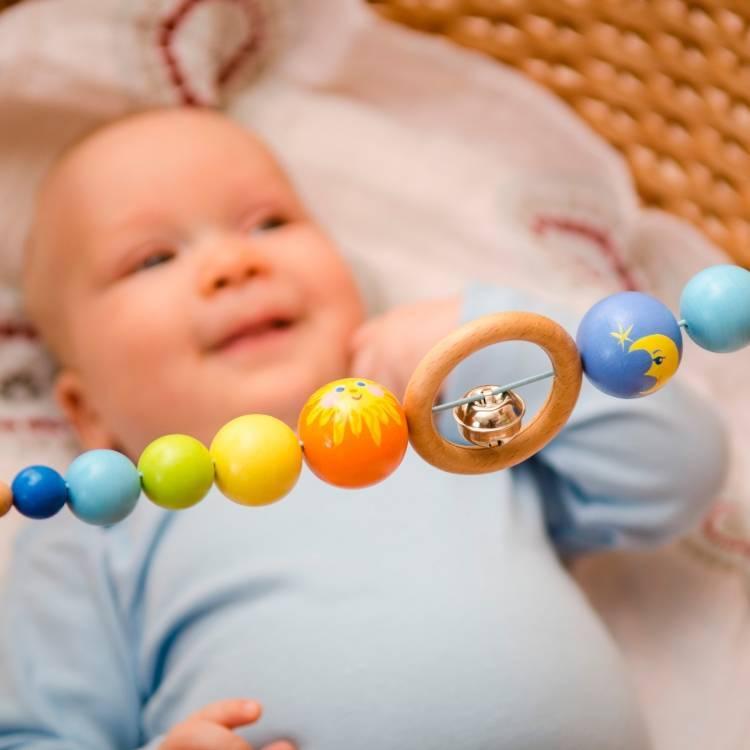 Когда ребенок начинает сам держать игрушку в руке?