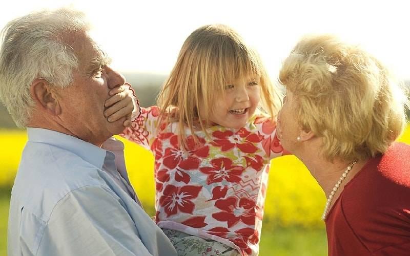 Почему ребенок может не любить бабушку и дедушку, что делать? — психологический центр инсайт