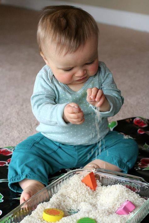 Как развивать ребенка в 10 месяцев - занятия с малышами до года