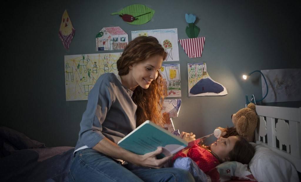 Сказка на ночь: читает папа
