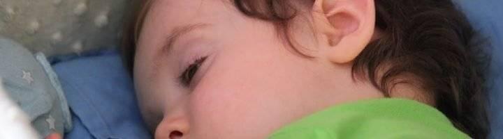 Почему у ребенка открыты глаза во время сна