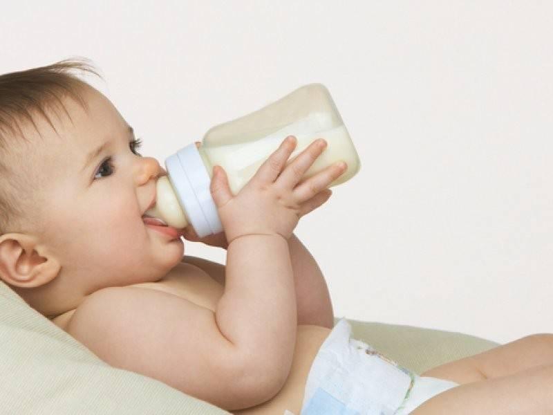 Коровье молоко для грудничка: как разводить водой для детей до года, можно ли давать молоко двухмесячному ребенку, польза и вред приема