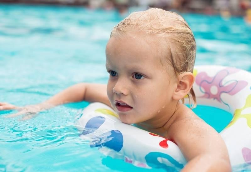 Когда отдавать ребенка в секцию по плаванию – со скольки записываться