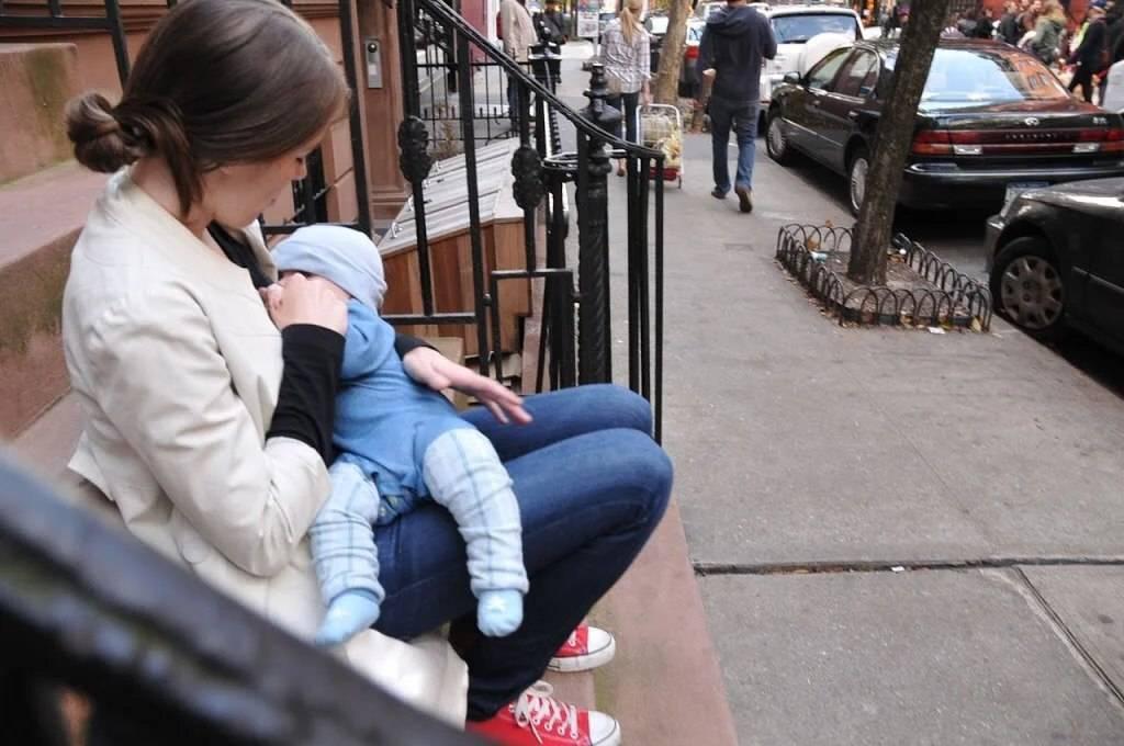 Кормление грудью в общественном месте: как делать это комфортно