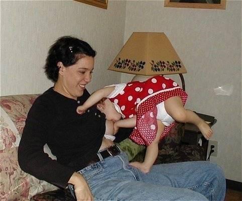 Как отучить малыша тискать мамкину грудь?