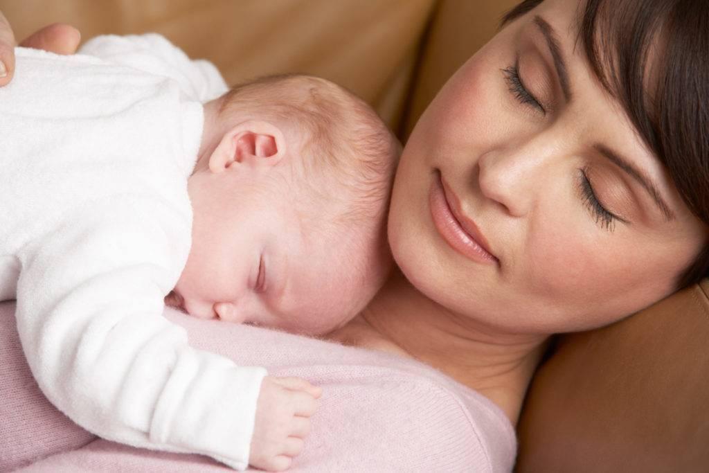 В чем причина и как наладить сон, если новорожденный не спит весь день