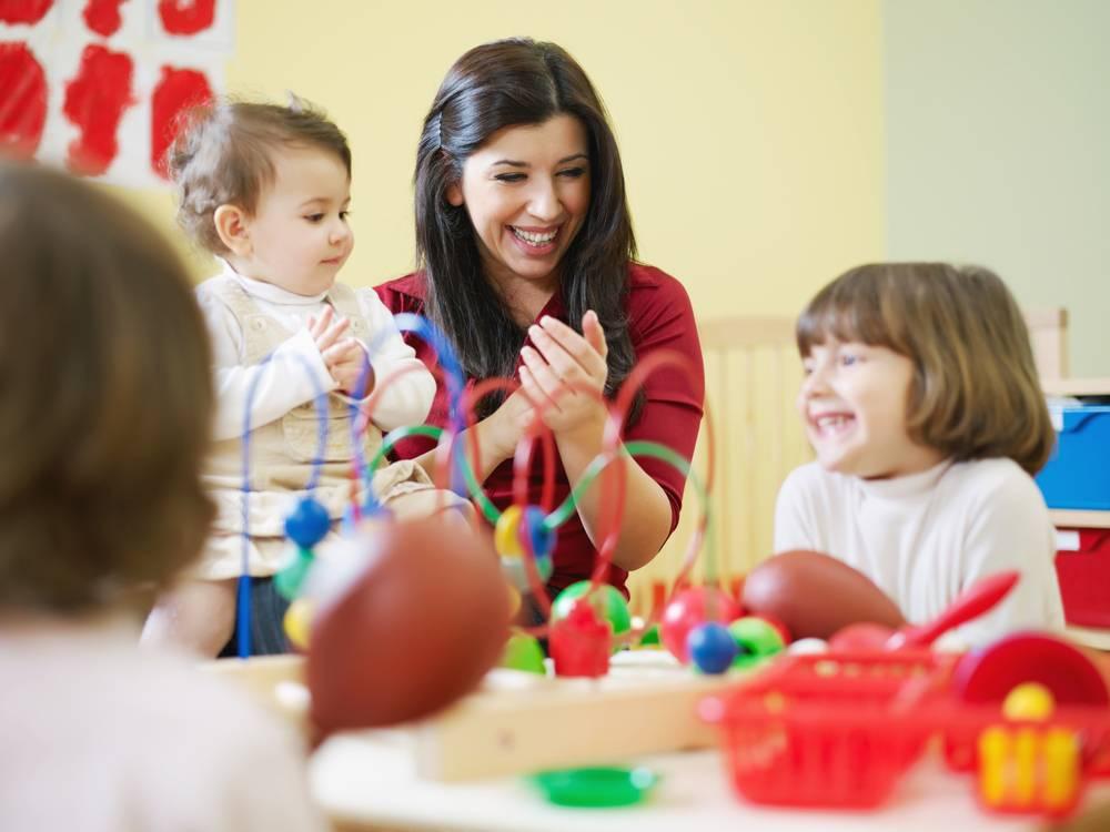Няня или ясли: что лучше для ребенка