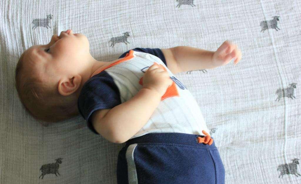 Грудной ребенок выгибает спину и запрокидывает голову: почему | комаровский