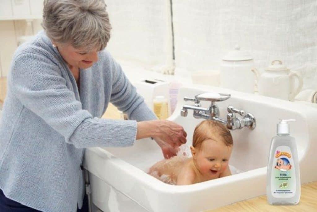Гигиена новорожденных: купание, уход за ногтями, утренние процедуры, список лучших продуктов