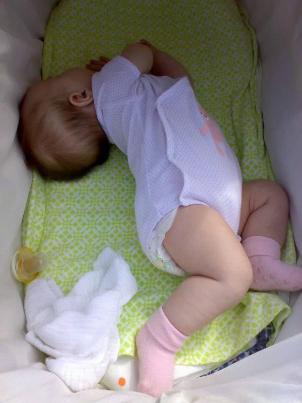 Ребенок выгибается и запрокидывает голову назад во время сна