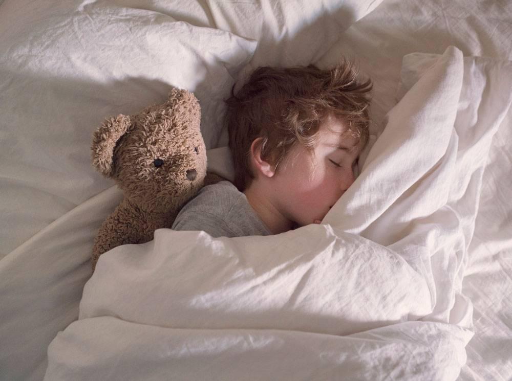 Как приучить ребенка спать в своей кроватке - развитие ребенка