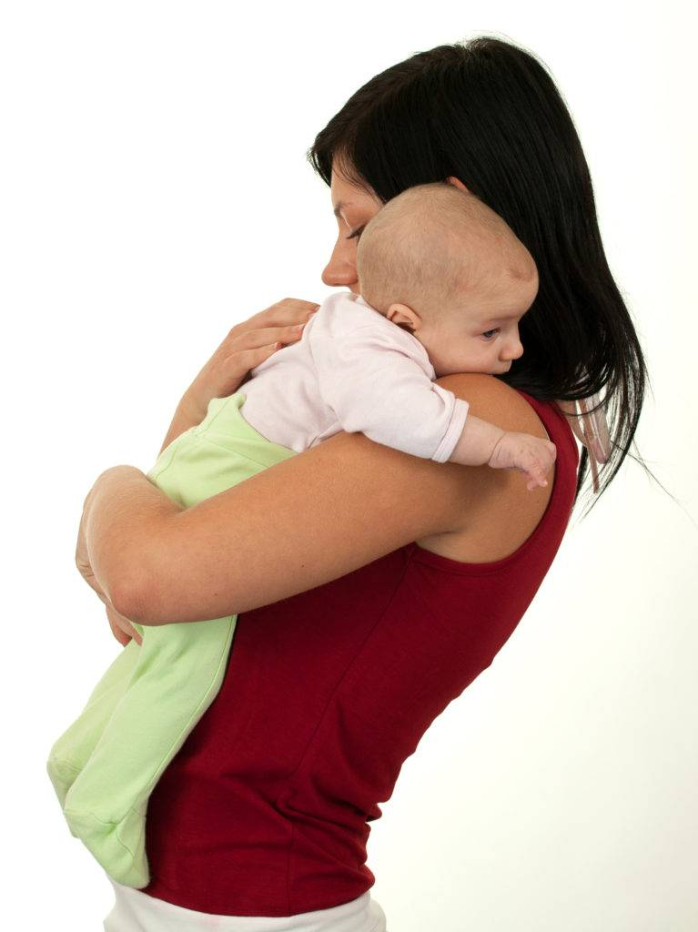 Как правильно держать новорожденного, как носить и класть кроху