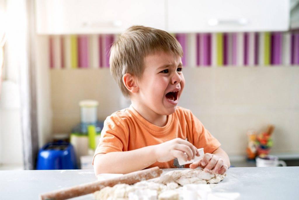 Эффективные способы успокоить ребенка, который плохо себя ведет (без крика и наказаний)