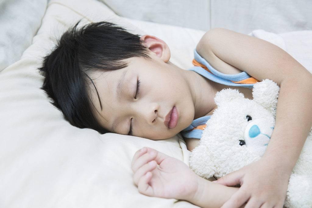 Почему грудничок вздрагивает во сне и просыпается