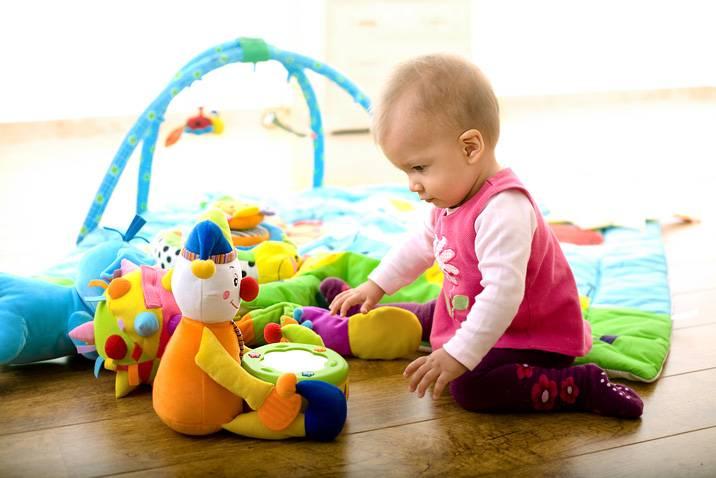 Какие игрушки нужны для развития грудничков и детей возрастом до 12 месяцев