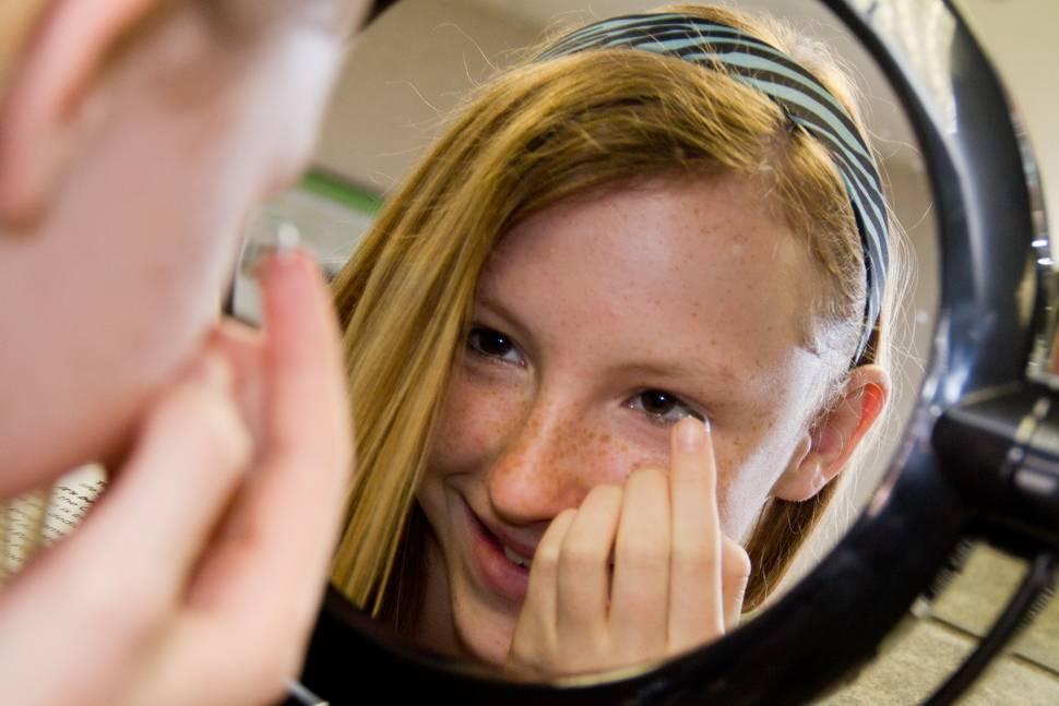 Со скольки лет можно носить линзы контактные детям, подросткам: с какого возраста надевать ребенку для зрения при близорукости
