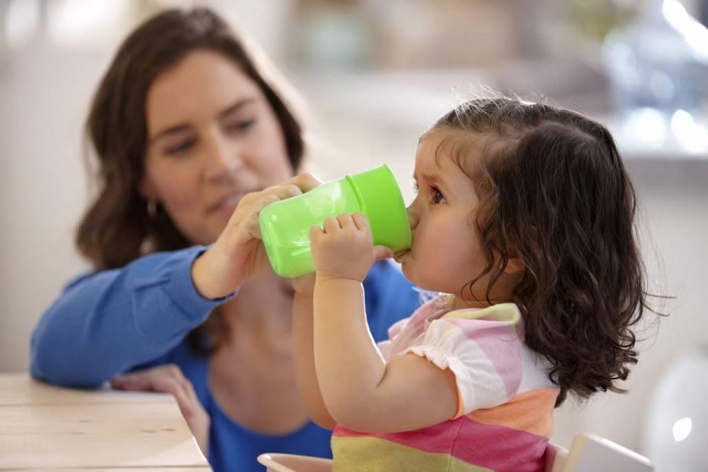 Приучаем ребенка пить из кружки самостоятельно